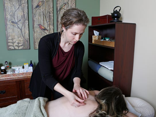 THERAPIST-ts041014acupuncture01