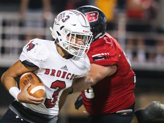 Sonora's Brandon Martinez runs the ball against Ballinger Friday, Nov. 3, 2017, at Ballinger Bearcat Stadium.