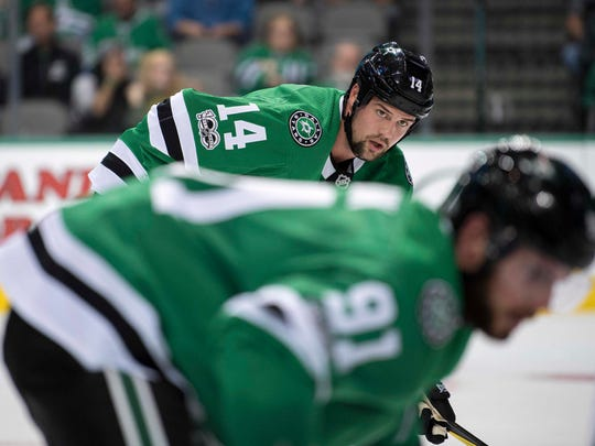 Stars left wing Jamie Benn (14) waits for center Tyler