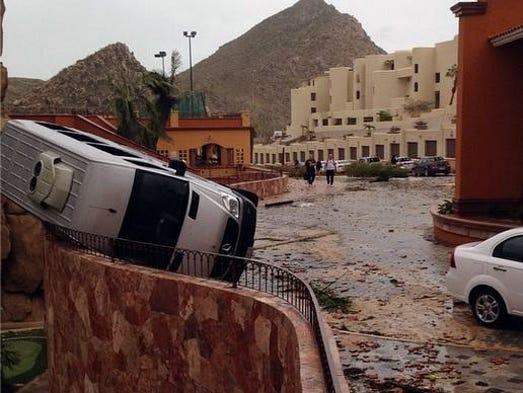 Varios autos fueron volcados por la fuerza del huracán.