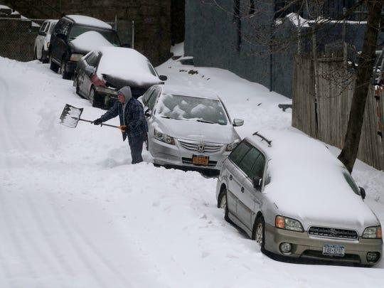 Los carros quedaron cubiertos de nieve tras tormenta