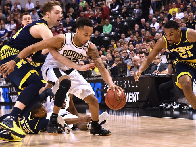 Wolverines Mark Donnal and Zak Irvin scramble with