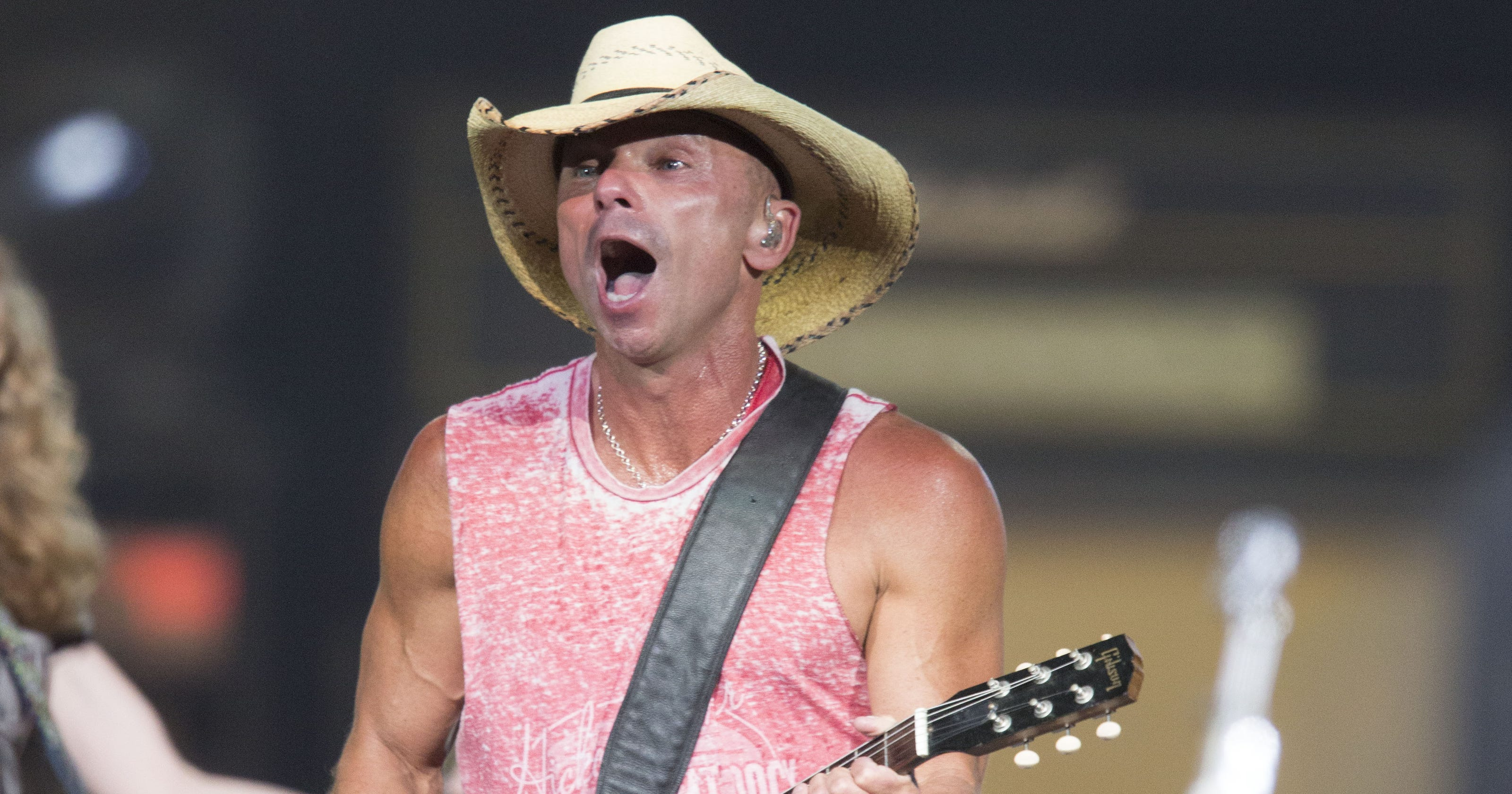 c00b15c1aae Review  Kenny Chesney s Big Revival rolls into Glendale