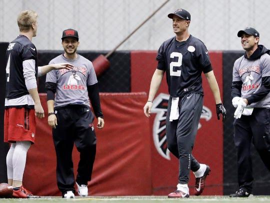 Matt Simms, left, talking with Falcons starting quarterback