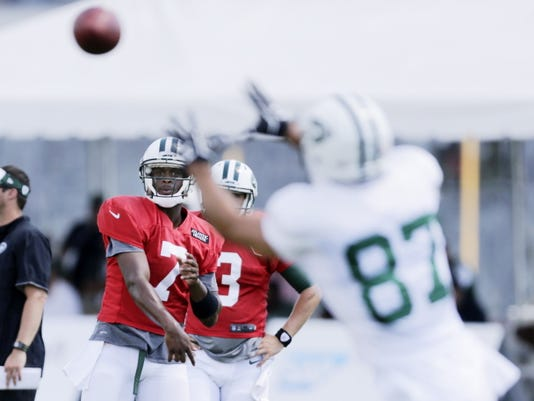 New York Jets quarterback Geno Smith (7) throws a pass to Eric Decker (87)  during practice at NFL football  training camp, Wednesday, Aug. 5, 2015, in Florham Park, N.J. (AP Photo/Frank Franklin II)