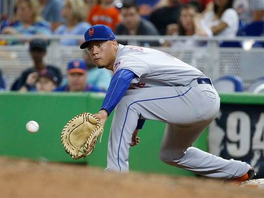 New York Mets first baseman Wilmer Flores catches a