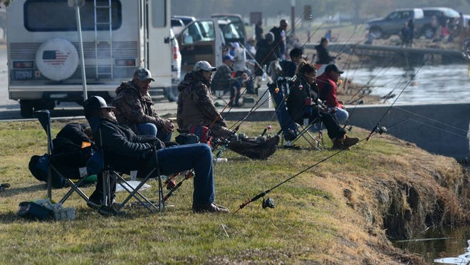 Fishermen crowd shoreline at recent Taft Chamber of Commerce Trout Derby