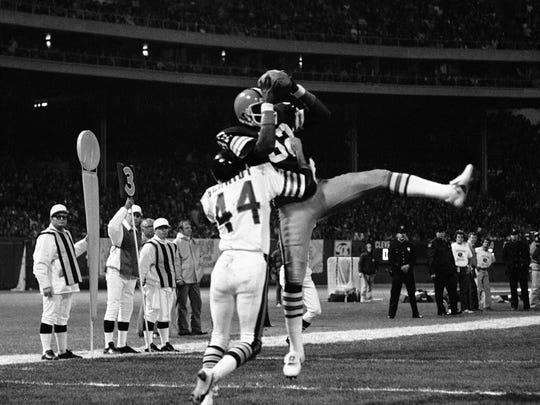 Cleveland Browns tight end Ozzie Newsome, top, hauls in a  pass in 1980.  Chicago Bears cornerback Terry Schmidt (44) defends.