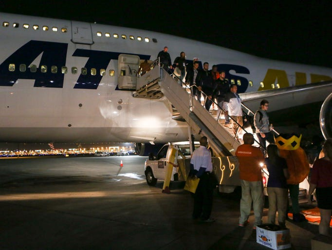 The Michigan Wolverines football team arrives at the
