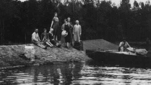 In Louisiana during the 1927 Mississippi flood, water rose and thousands of people sat on rooftops.