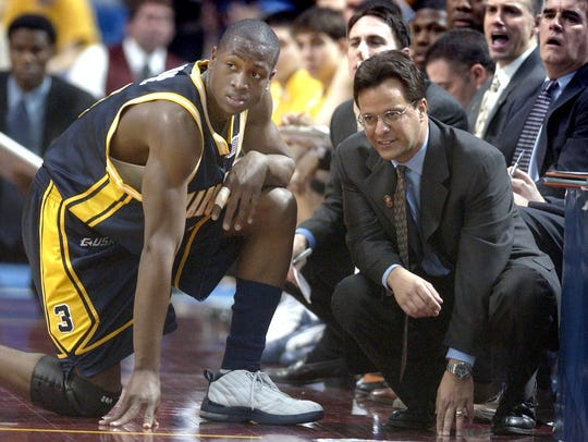 Tom Crean and Dwyane Wade talk during a Marquette NCAA