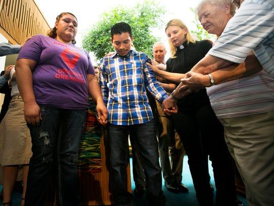 Varios líderes religiosos oran por Luis López, un inmigrante