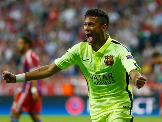 El jugador del Barcelona, Neymar, festeja un gol contra Bayern Munich por las semifinales de la Liga de Campeones el martes, 12 de mayo de 2015, en Munich, Alemania. (AP Photo/Matthias Schrader)