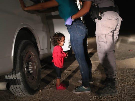 Una niña de 2 años, procedente de Honduras, llora al