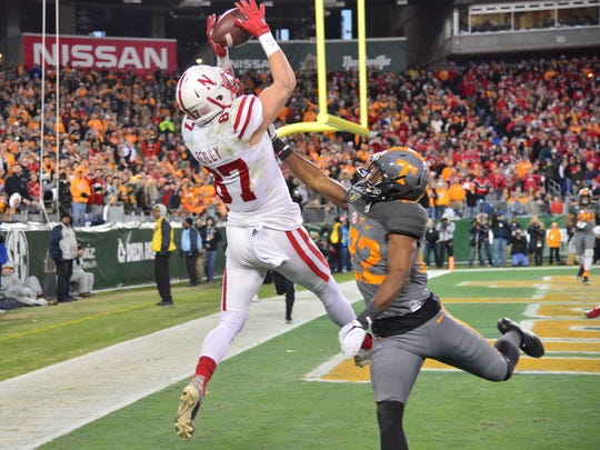 Nebraska Cornhuskers wide receiver Brandon Reilly (87) catches the ball for a touchdown in front of Tennessee Volunteers defensive back Micah Abernathy.
