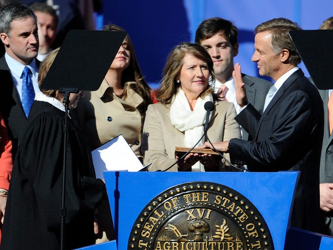 Gov. Bill Haslam takes an oath of office during his