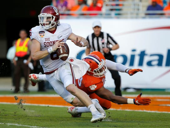 Oklahoma Sooners quarterback Baker Mayfield (6) tries