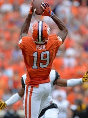 Clemson's Charone Peake grabs a touchdown pass against