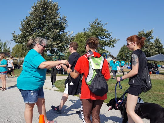Participants of the Iowa Remembrance Run receive their