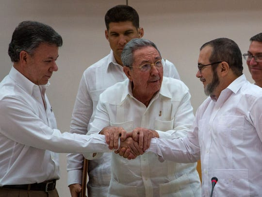 Cuban President Raul Castro encourages Colombian President