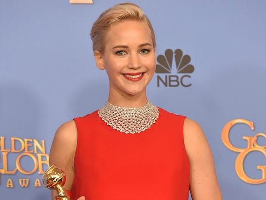 Jennifer Lawrence poses with her award for 'Joy'