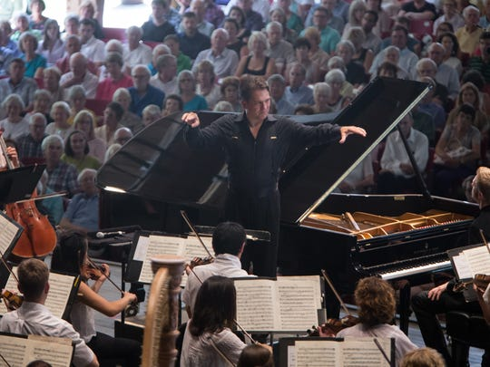Artistic Director Keith Lockhart conducts the symphony during a summer series performance.