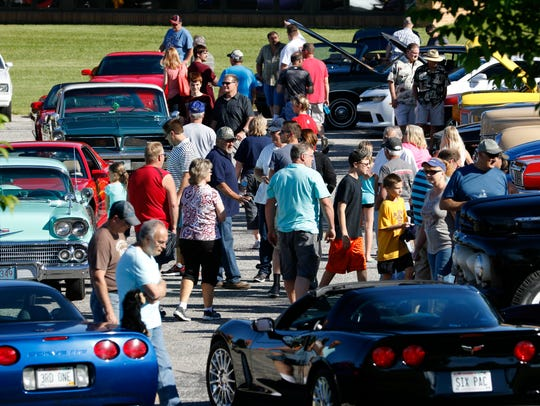 Spectators come to see hundreds of cars at the 16th