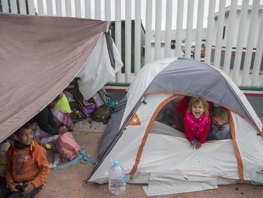 Niños migrantes centroamericanos acampan a las afueras