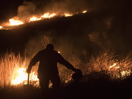 Cientos de bomberos intentan controlar los incendios