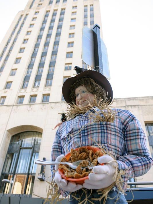635804393113915564-Downtown-Scarecrow-2