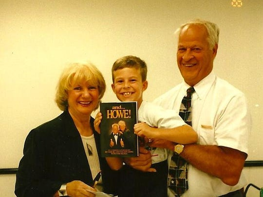 Gordie Howe with fans.