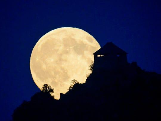 AP_Hungary_Moonrise