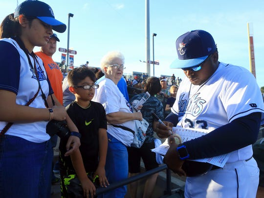 Hooks' manager Rodney Linares signs autographs for