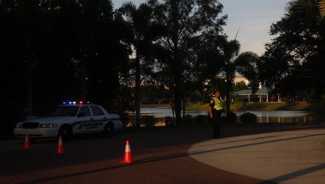 Alrededor de las 3:30 de la tarde el jueves, la policía recibió una llamada de un testigo que oyó disparos en la zona de los Comunes en Naples en Goodlette Frank Road. Después, la policía registró la zona, la localización de dos cuerpos masculinos. La causa de muerte no ha sido confirmada.