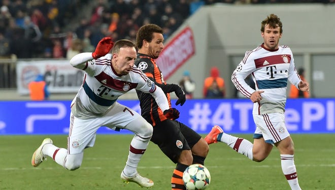 Shakhtar Donetsk's Fernando (C) fights for the ball with Bayern Munich's Franck Ribery (L) on Feb. 17, 2015 during a UEFA Champions League football match FC Shakhtar vs. FC Bayern in Lviv.