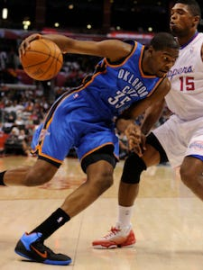 Kevin Durant (35) drives to the hoop on Los Angeles Clippers small forward Ryan Gomes (15).