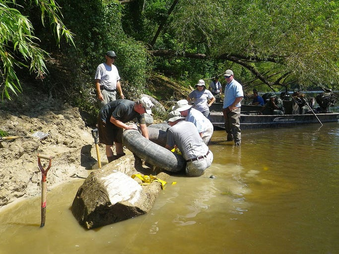 A historic canoe thought to date to the early to mid-1800s was extracted Tuesday from the Pearl River.