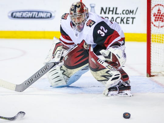 Arizona Coyotes goaltender Antti Raanta (32) guards