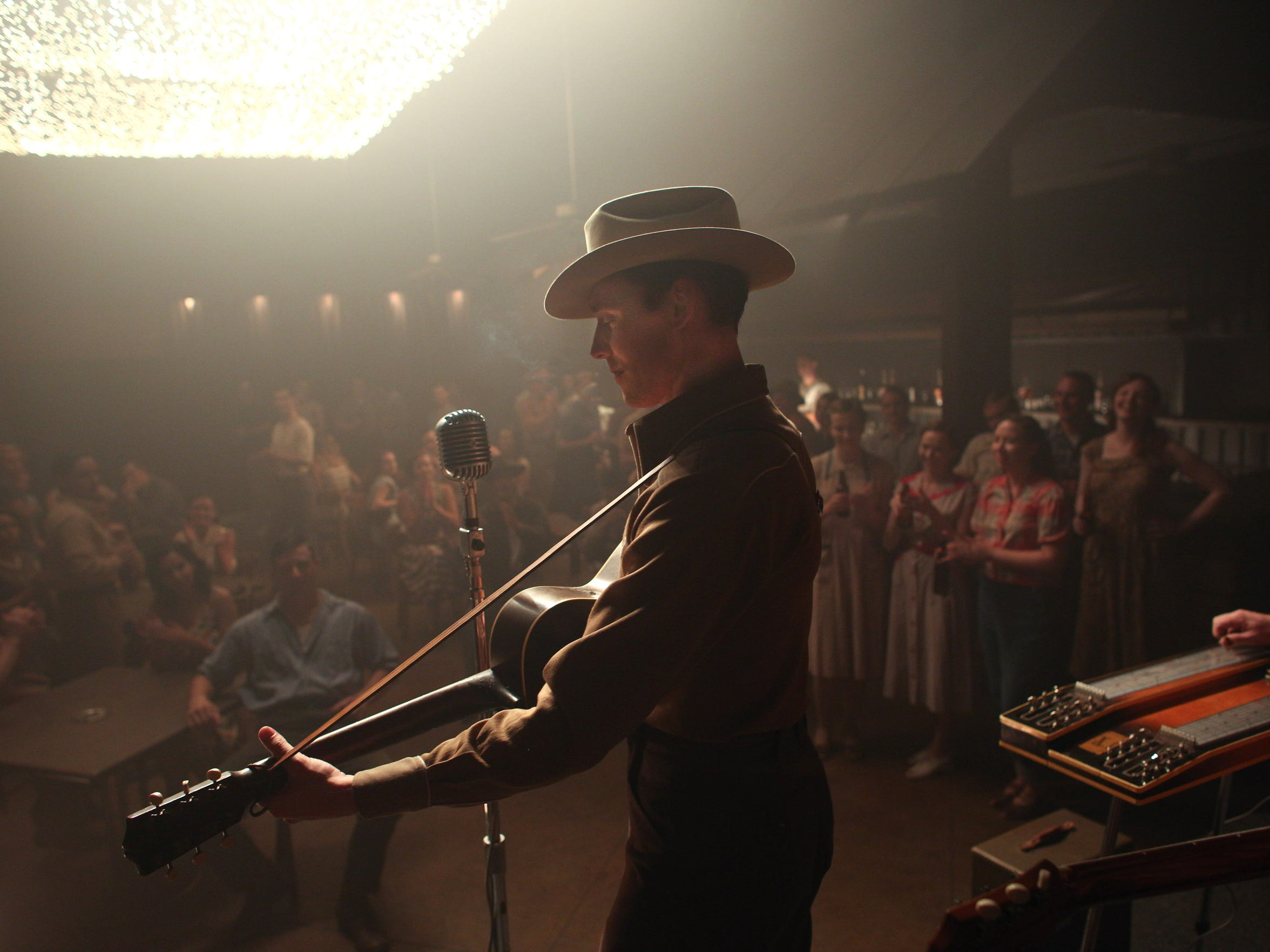 Tom Hiddleston as Hank Williams. The scene was filmed at Cash Point Landing in Bossier City.