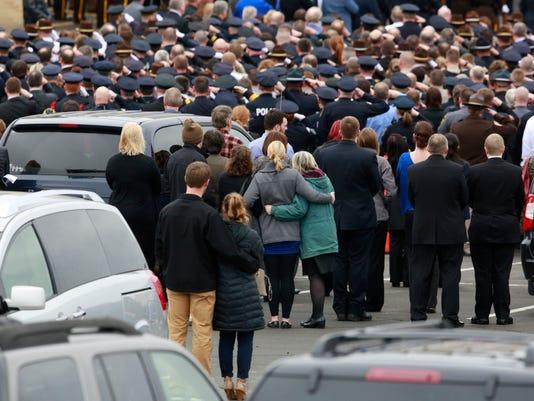 636264064913966224-WDH-Weiland-funeral-procession-5.jpg