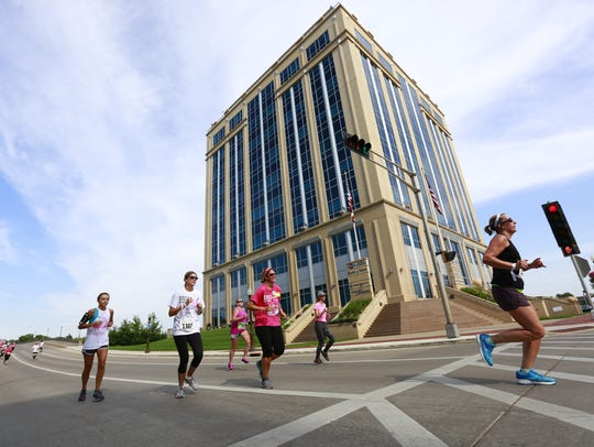 Runners cross the intersection of Scott Street and