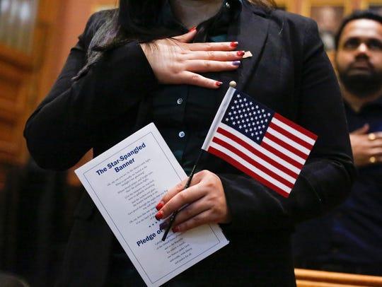 Inmigrante participa en su ceremonia de naturalización.