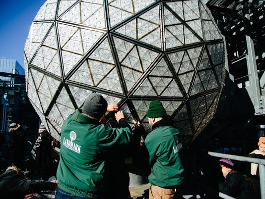 EPA USA NEW YORK NEW YEARS EVE BALL INSTALLATION ACE CUSTOMS & TRADITIONS USA NY