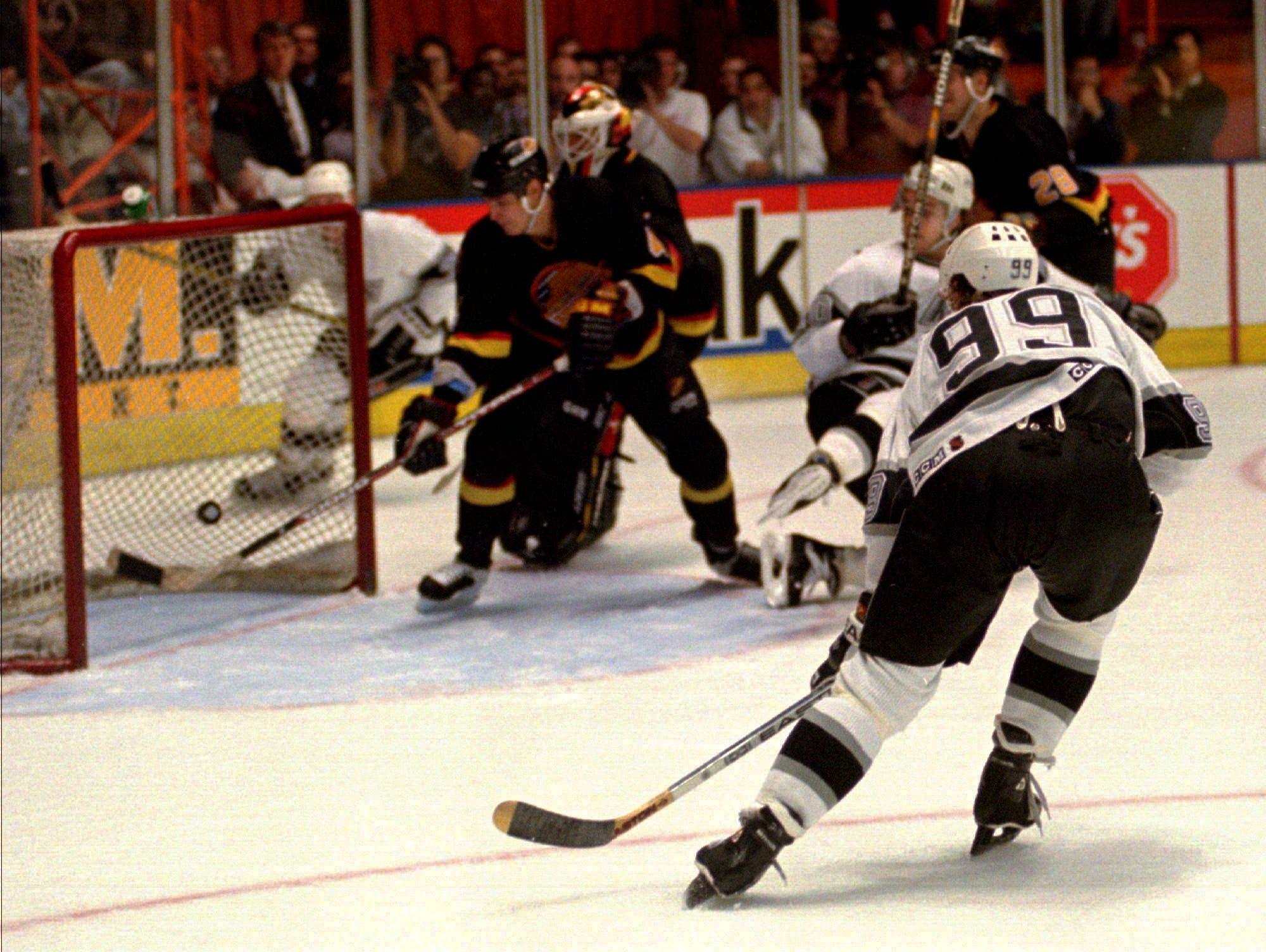 Gretzky also broke Gordie Howe's goal record while a member of the Kings in March 1994.
