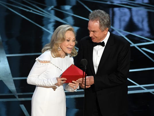 Faye Dunaway and Warren Beatty at the Academy Awards
