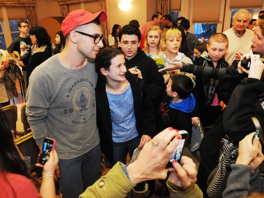 Antonoff posed for a picture with Julia Schwartz, 11,
