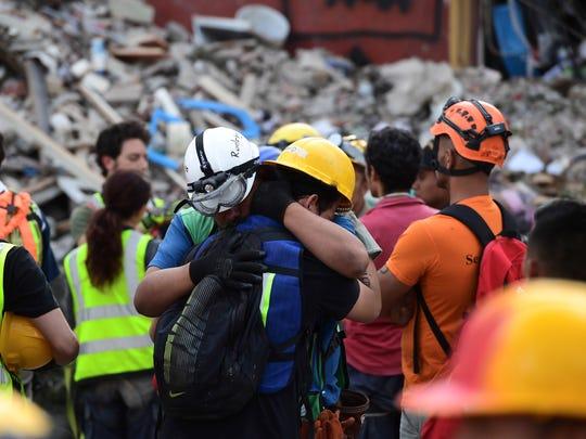 Dos rescatistas voluntarios de consolan tras la recuperación