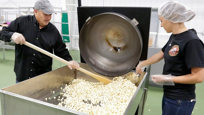 Jeff and Ali Faris cook a batch of kettle corn popcorn at Faris Gourmet Popcorn in Fond du Lac Tuesday September 27, 2016. Doug Raflik/USA TODAY NETWORK-Wisconsin