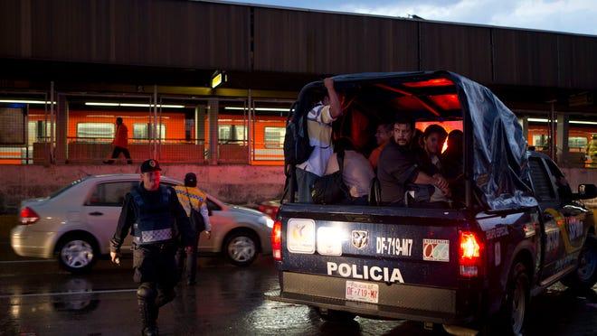 Pasajeros del metro son llevados a otra estación en una unidad de la policía, luego de un accidente entre trenes de ese servicio, en la Ciudad de México, el 4 de mayo de 2015.