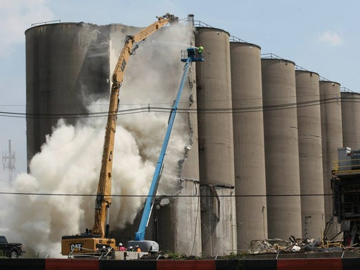 3 Silo Demolition : Dust cloud alters silo demolition